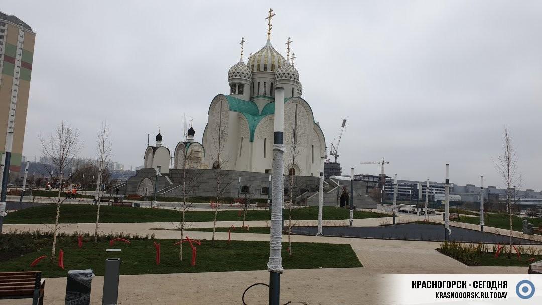 На территории Никольского Храма установлены фонари